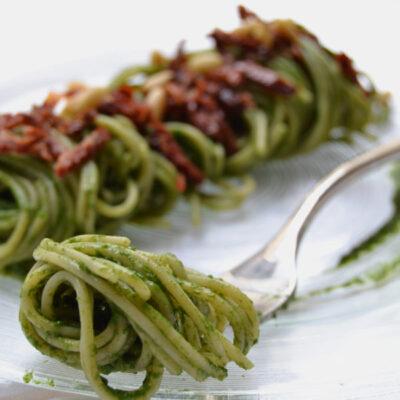 Spaghetti con crema di bietole e pomodori secchi